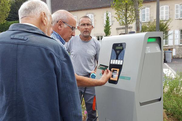 Le maire de La Souterraine Jean-François Mugay actionne la borne électrique située en centre-ville.