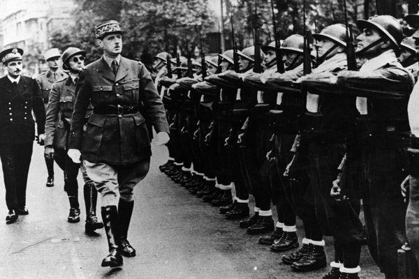 Londres, le Général de Gaulle passe en revue des troupes des Forces Françaises Libres à l'occasion du 14 juillet 1940.