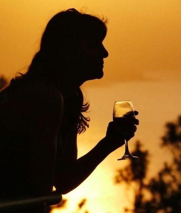 Selon la dernière étude de Santé Publique France, les femmes boivent beaucoup moins d'alcool au quotidien que les hommes en Occitanie : 20% des hommes contre 7,2% des femmes en consomment tous les jours.