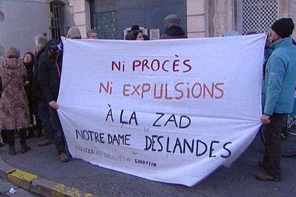 Devant la préfecture, à Dijon, une quarantaine de personnes a réclamé l'abandon du projet d'aéroport de Notre-Dame-des-Landes, ce matin.