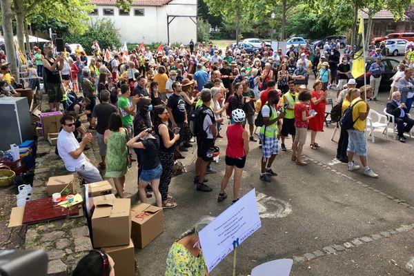 Les opposants sont réunis à Barr, devant la communauté de communes propriétaire des terrains où prévoit de s'implanter Amazon