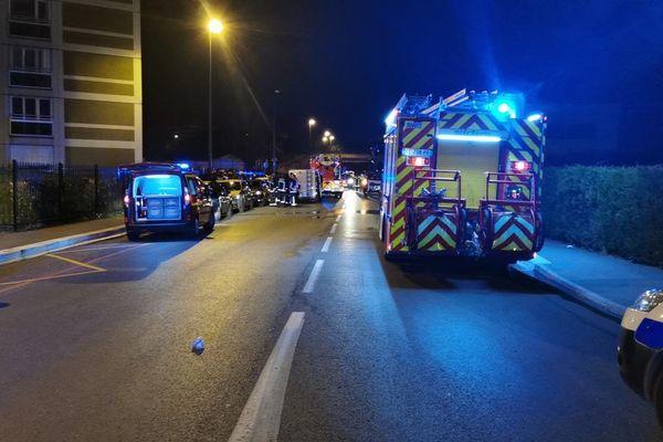 Les secours à proximité du lieu de l'incendie rue Magellan à Reims.