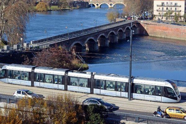 Le tramway sur le Pont-Saint-Michel à Toulouse