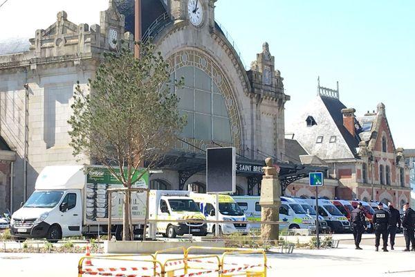 Les ambulances prêtes à accueillir le TGV médicalisé en provenance de Paris