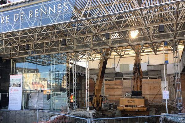 """Une pelle """"croqueuse"""" s'attaque à la façade nord de la gare de Rennes"""