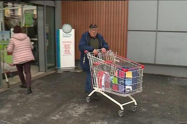 André Bivent, rescapé de l'attentat du Super U de Trèbes, retourne comme chaque vendredi faire ses courses dans ce supermarché - mars 2019