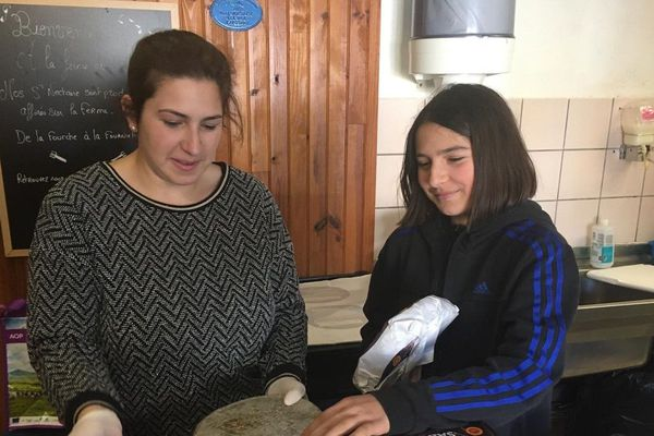 Dans le Puy-de-Dôme, deux soeurs ont lancé un appel aux consommateurs sur Facebook pour aider leur maman productrice de Saint-Nectaire à traverser la crise du coronavirus COVID 19.