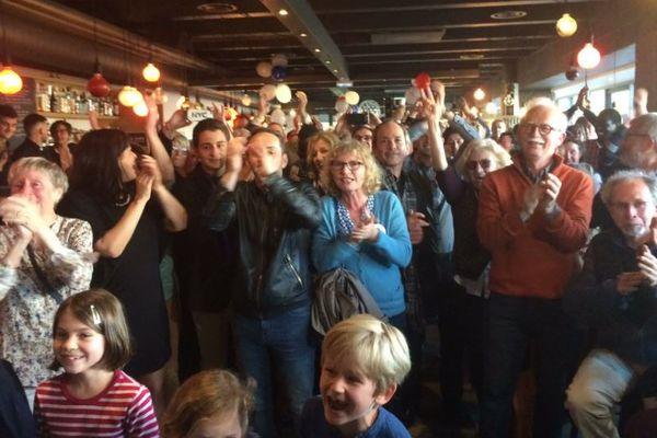 La joie des partisans d'Emmanuel Macron à l'énoncé des résultats de ce second tour de la présidentielle à Rennes
