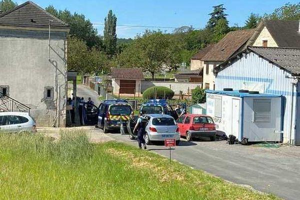 Un important dispositif de gendarmerie a été mis en place et des routes sont coupées à la circulation.