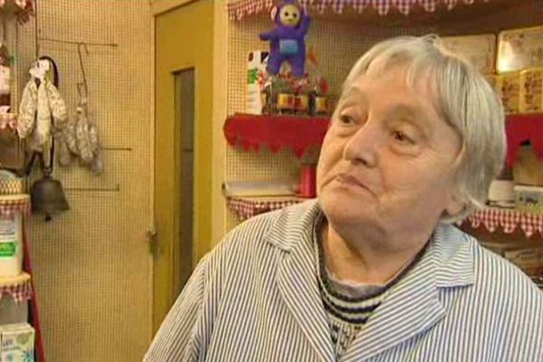 Du haut de ses 88 ans, Marie ne songe pas à baisser le rideau de son épicerie. Elle y vend toutes sortes de choses, de l'alimentation jusqu'aux draps.