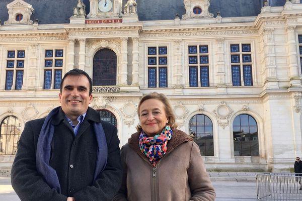 Thierry Alquier et Jacqueline Daigre (Les Républicains) posent devant la mairie de Poitiers en décembre 2019.