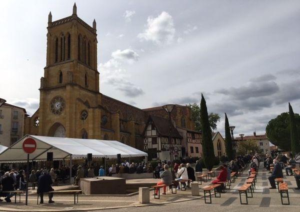 Environ 400 personnes sont présentes pour les obsèques de Pierre Troisgros en l'église Saint-Etienne de Roanne (Loire).