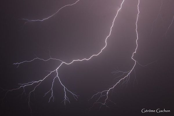 L'un des 5000 éclairs répertoriés la nuit du samedi 9 au dimanche 10 mai en Vendée