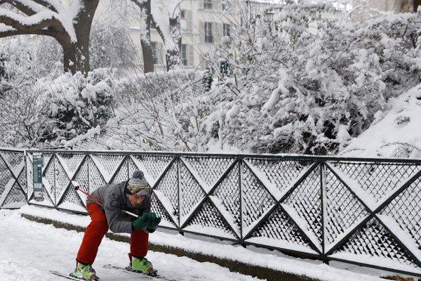 Un skieur à Montmartre, l'une des images insolites de Paris sous la neige