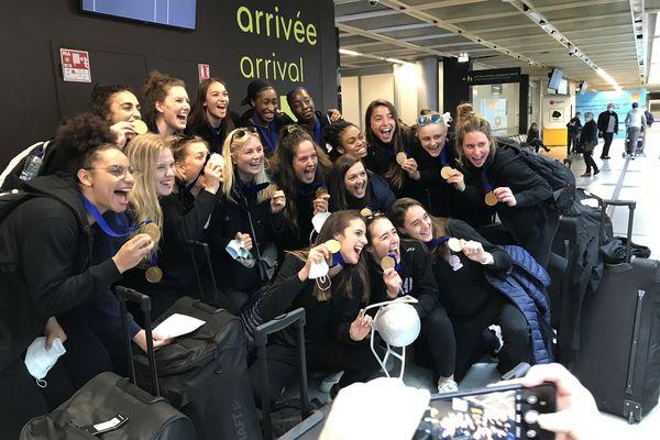 Pour la première fois de leur histoire les handballeuses nantaises décrochent un titre européens. Un retour au bercail triomphal, ce lundi 10 mai, à l'aéroport de Nantes Atlantique.