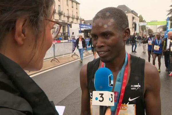 Lazarus Too, vainqueur du marathon de Tours, au micro de Lucie Cecconi