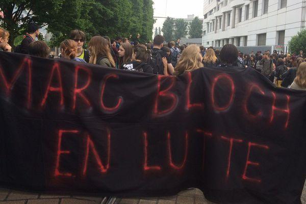 Une centaine de lycéens de Marc Bloch se sont rassemblés devant leur lycée à Bischheim.