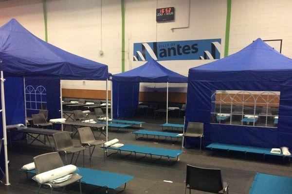 Des lits de camp ont été installés dans ce gymnase, où les migrants ont accès à des sanitaires
