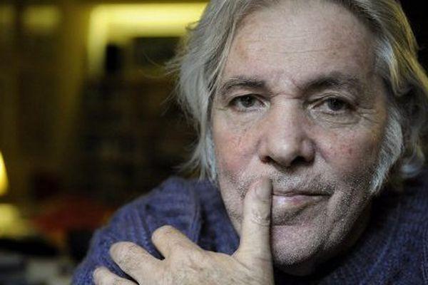 Pierre Barouh pose chez lui, à Paris, le 14 octobre 2008.