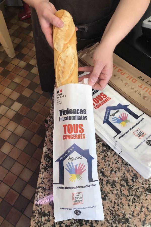 La gendarmerie du Cher distribue des sacs à baguettes contre les violences intrafamiliales.