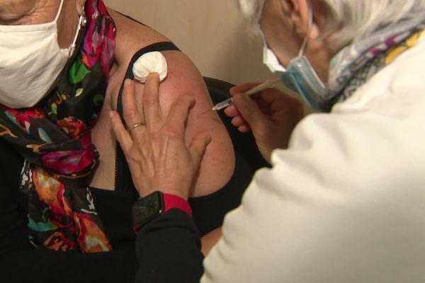 Environ 200 personnes sont vaccinées chaque jour dans ce vaccinodrôme à Issoire (Puy-de-Dôme).