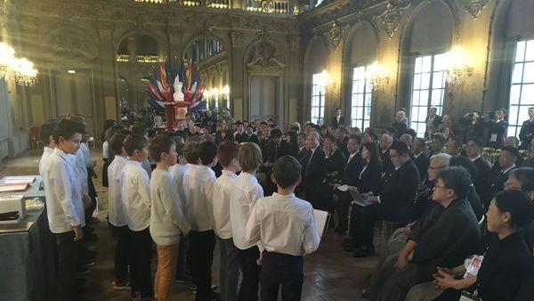 Les collégiens de l'ensemble scolaire Notre-Dame Saint-Sigisbert interprète un chant japonais d'automne devant les maires des deux villes, à l'occasion du renouvellement du jumelage Nancy Kanazawa, vendredi 30 novembre 2018, à NAncy (Meurthe-et-Moselle).