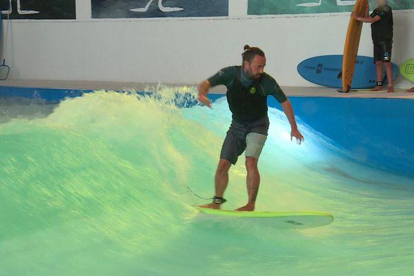 De novice à professionnel, le parc aquatique de surf indoor est accessible à tous les niveaux grâce à sa vague modulable.