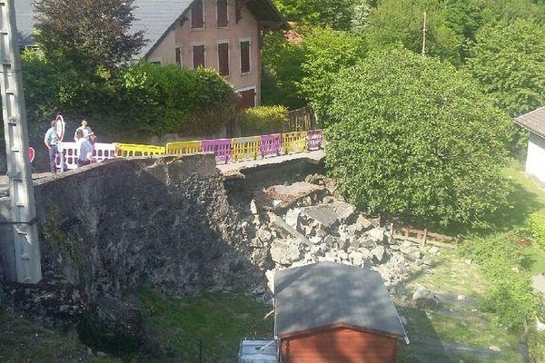 Le mur s'est effondré ce mercredi 24 mai 2017, coupant la route du Luitel à Séchilienne