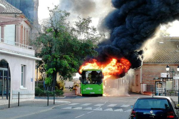 Le bus de transport scolaire a pris feu devant la mairie de Sainte-Foy-de-Peyrolières