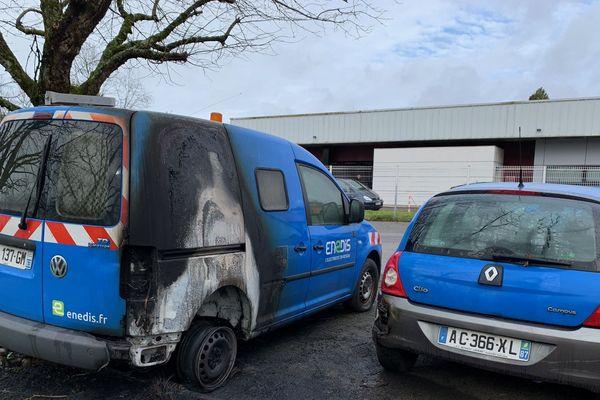 Trois véhicules brûlés en partie.