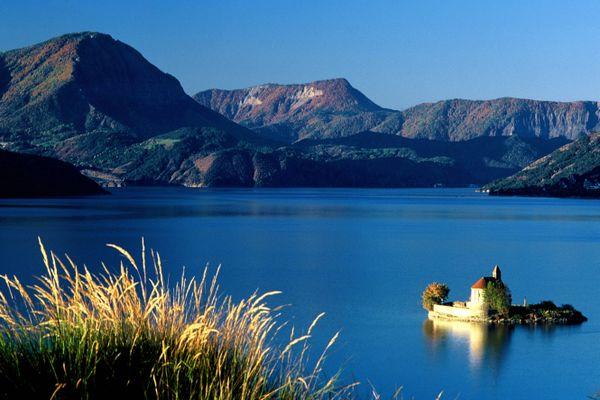 Lac de Serre-Ponçon dans les Hautes Alpes françaises.