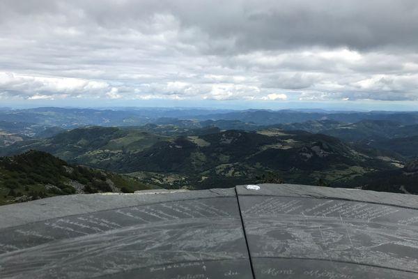 Perché à 1 753 mètres d'altitude, le mont Mézenc offre une vue à 360° sur la Haute-Loire et les monts d'Ardèche.