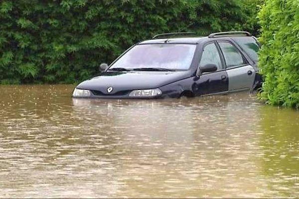 Selon la topographie des rues, l'eau est montrée parfois très haut à Chemilly-sur-Yonne.