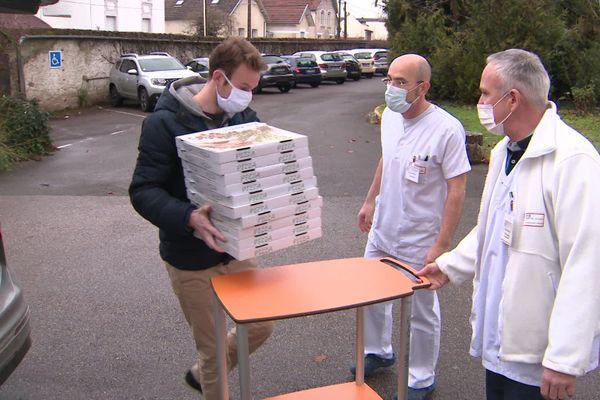 Amaury a livré une quarantaine de pizzas au personnel du CHU.