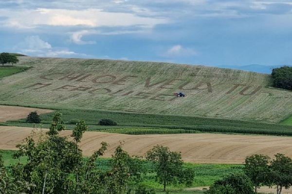 Le message a été inscrit à l'aide d'un tracteur dans un champ.