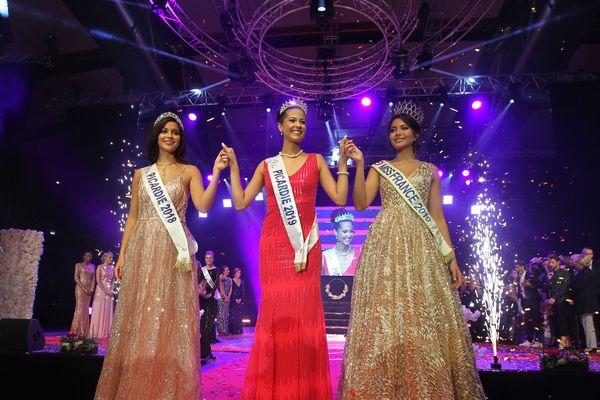 La nouvelle Miss Picardie, Morgane Fradon (au centre), entourée d'Assia Kerim, miss Picardie 2018 (à gauche) et de Vaimalama Chaves, actuelle Miss France (droite).