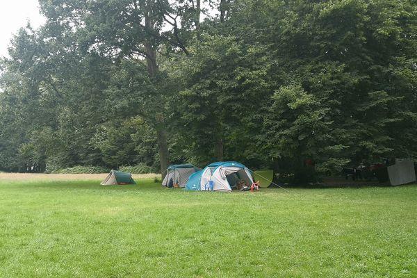 Des familles avec enfants sont installées dans des tentes au parc des Hautes-Ourmes à Rennes et attendent des solutions de relogement plus décentes