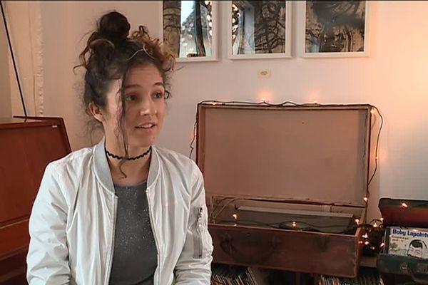 """À 17 ans, Naya écrit et compose. Elle a sorti son premier EP, """"Blossom""""."""