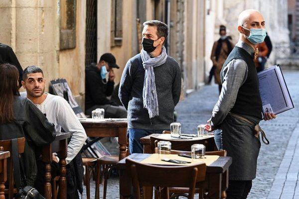 Comme ici à Rome, les restaurants et bars devront boucler leur service à 18 heures