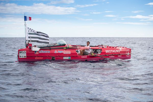 Guirec dans son bateau pour sa traversée de l'Atlantique à la rame en solitaire