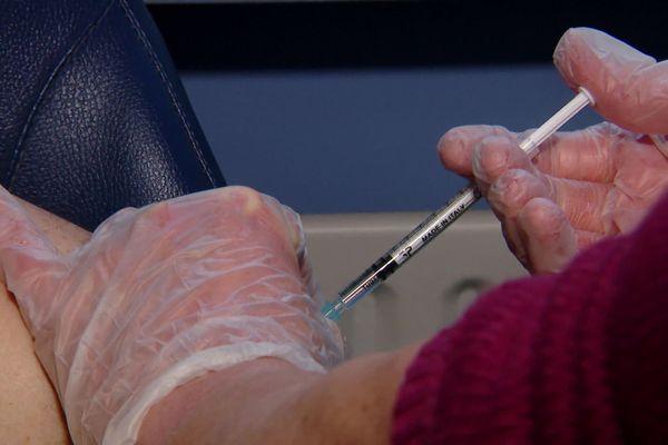La campagne de vaccination a débuté au CHU de Rouen lundi 4 janvier 2021.