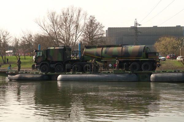 Le matériel du génie militaire de Besançon a permis aux véhicules de la Compagnie des Essences de Chalon-sur-Saône de traverser la Saône