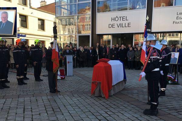 Un hommage républicain a été rendu à l'ancien maire Guy Delcourt devant l'hôtel de ville de Lens.