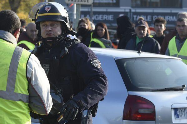 """Les CRS sont à nouveau intervenus ce mardi matin, pour disperser les """"gilets jaunes"""" qui tentaient de perturber la circulation."""