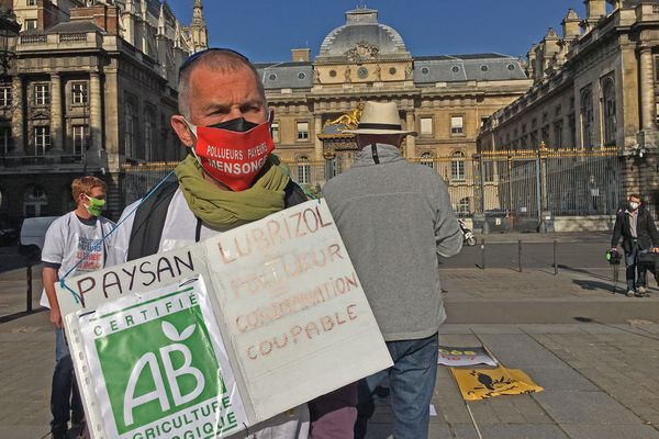 31 mars 2021 : un des manifestants devant la cour d'appel de Paris pendant l'audience examinant la requête de Lubrizol