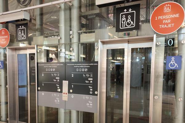 Une signalétique sur les ascenseurs pour en limiter l'usage
