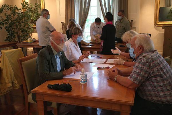 Opérations de dépouillement lors du second tour des élections municipales à Bellac (Haute-Vienne), le 28 juin 2020
