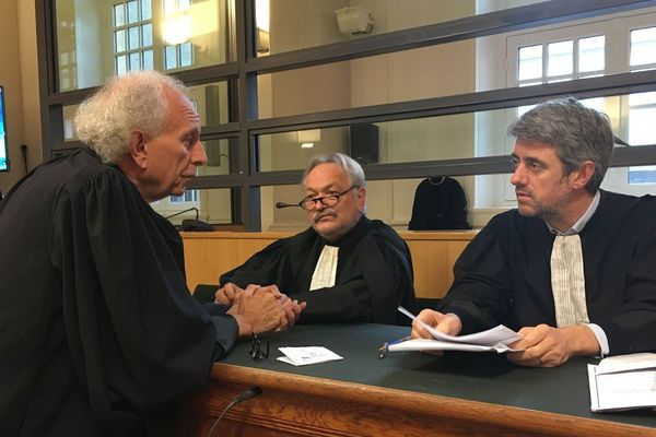 Les avocats de la défense, Maître Renaud Portejoie (à droite) et Maître Jean-Louis Deschamps (au milieu).