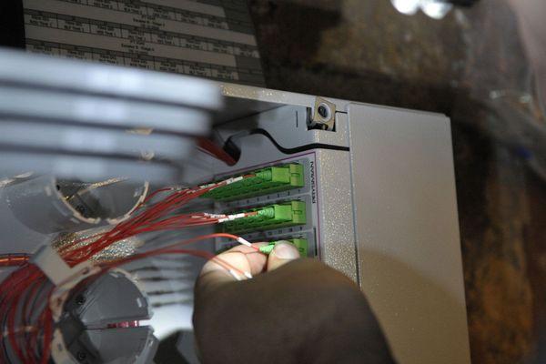 Raccordement de fibre optique dans un boitier pour une connexion Internet à très haut débit