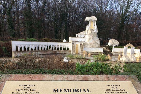 Le mémorial aux victimes de l'accident de Beaune-Merceuil, sur l'aire du Curney
